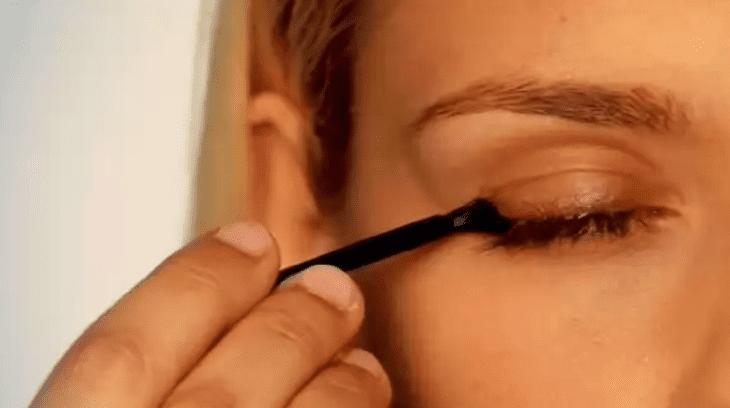 Lattise eyelash treatment application tool.